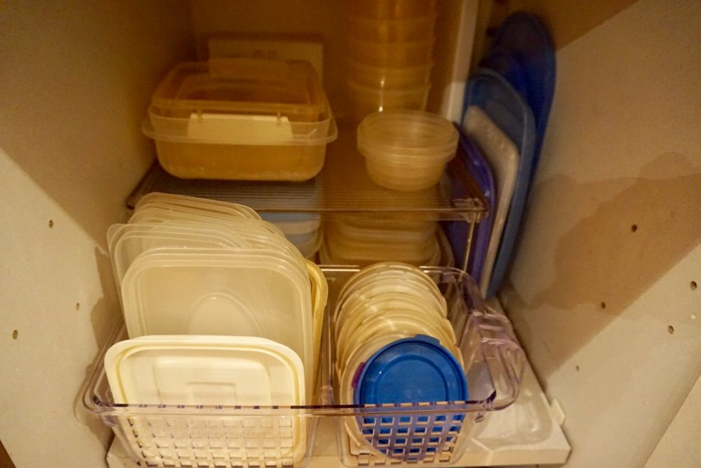 Lids stored in the kitchen basket